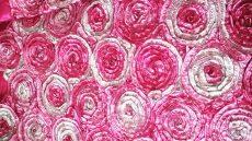Pink rózsaszín szatén táblaabrosz bérlése rózsamotívumos kasírozással